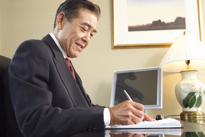 机で仕事する壮年の男性