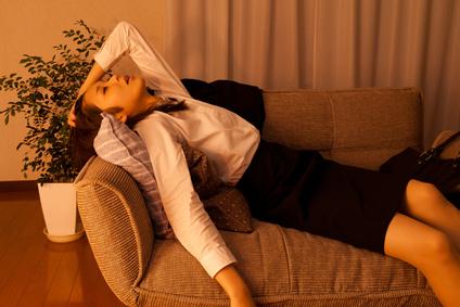 ベッドに横たわる疲れた女性