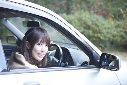 車の窓からこっちを見る女性