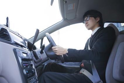 車を運転するビジネスマン