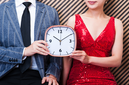時計を持つ男女