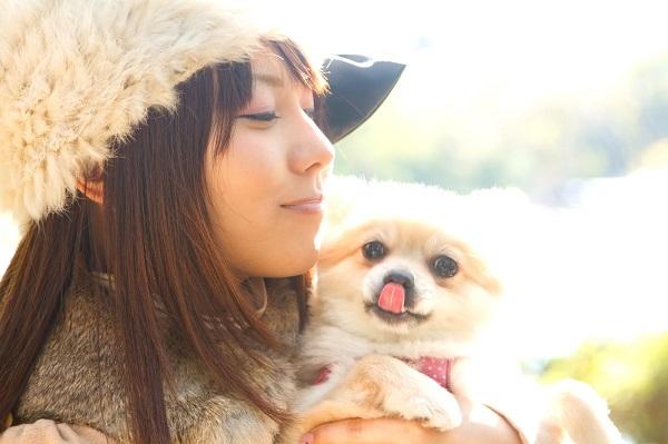 犬を抱く女性